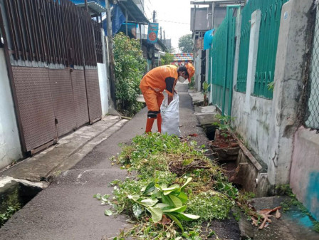 PPSU Kemayoran Bersihkan Saluran di Jalan Kepu Timur