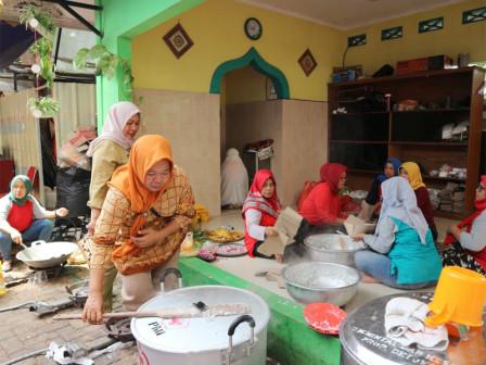 Public Kitchen in Pengadegan Still Serves Food for Flood Victims