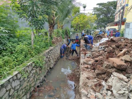 Saluran Air di Jl. Griya Pratama Raya Diperlebar