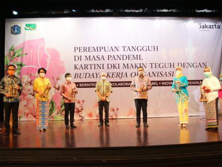 Peringati Hari Kartini, Gubernur Anies Maknai Perjuangan 'Srikandi' Nakes Selama Pandemi melalui Ala