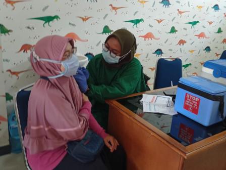 120 Warga Nikmati Layanan Vaksin di Kantor Kelurahan Balekambang