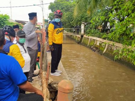 East Jakarta Mayor Monitors Collapsed Embankment Repair in Kramat Jati