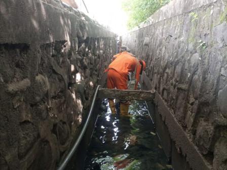 Karet Semanggi PPSU Cleans Water Channels in Three Locations