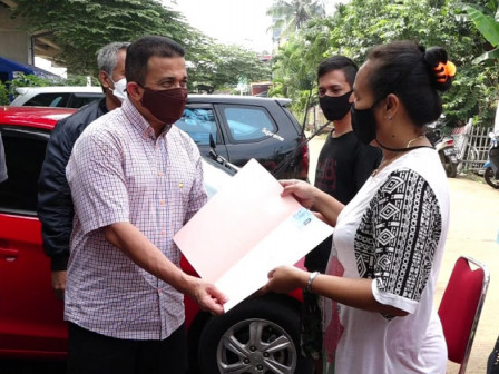 Mayor Distributes Population Documents to Flood Victims in Cipinang Melayu