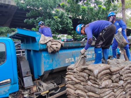45,815 Sacks of Mud from Channel on Jalan Ahmad Yani Transported