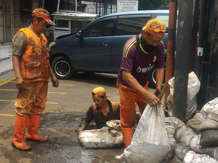 Channel on Jalan Bintaro Raya Cleaned