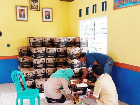 1,743 Bansos Packages Distributed to Kedoya Utara Urban Village