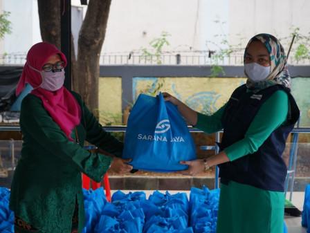 Sarana Jaya Distributes Staple Food Assistance to Kampung Bali Residents