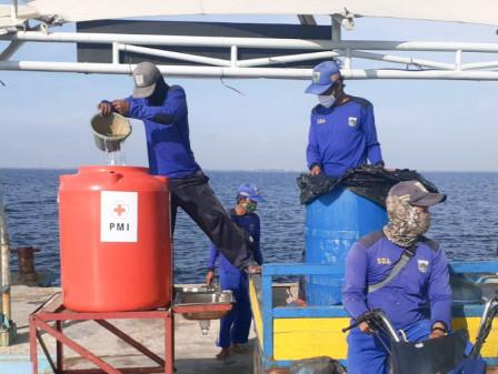 Petugas Suplai 27 Titik Sarana Cuci Tangan di Pulau Untung Jawa