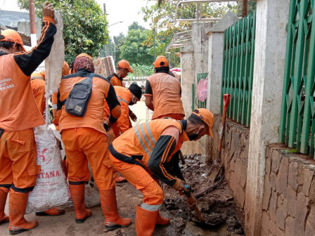 PPSU Cleans Up Remaining Mud After Flood at IKPN Housing Complex