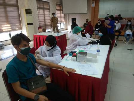 100 Warga Nikmati Layanan Vaksin Mobil Keliling di Kecamatan Ciracas