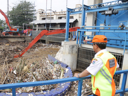 322 Cubic Meters of Waste at Manggarai Sluice Gate Transported
