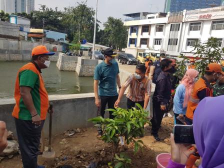 Central Jakarta Releases 10 Fish Fingerlings in Jayakarta Retention Basin