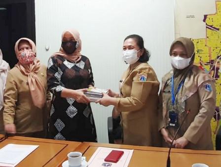 South Jakarta Pusip Distributes 200 Books for IKRA Program