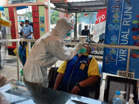 Boat Passengers on Route to Thousand Islands Take Rapid Antigen Test
