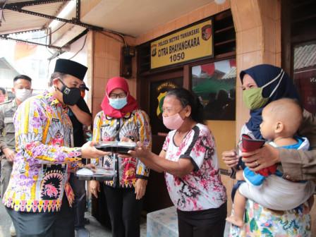 Wali Kota Jakbar Bagikan Paket Makanan Siap Saji Pada Warga di Keagungan