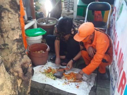 Kelurahan Karet Semanggi Olah Sampah Organik Jadi Cairan Eco Enzyme
