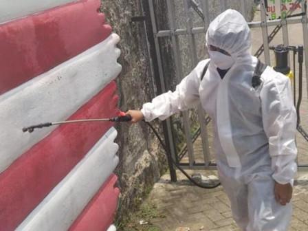 Warga RW 15 Kelurahan Grogol Utara Lakukan Penyemprotan Disinfektan