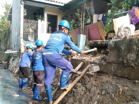 11 Satgas SDA Perbaiki Turap Longsor di Jl Galur Sari Timur Utan Kayu Selatan