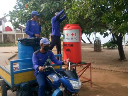 Petugas Suplai Air Bersih Sarana Cuci Tangan di Pulau Untung Jawa