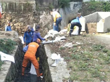 50 Personil Giat Kerjabakti Bersihkan Saluran di Lenteng Agung