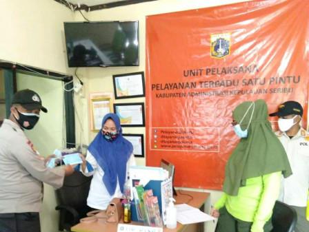 Kelurahan Pulau Panggang Bagi-Bagi Masker Gratis Kepada Warga