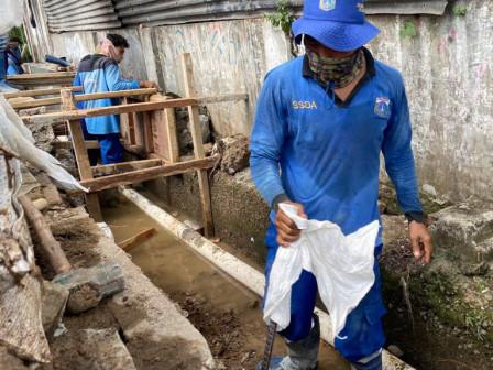 Normalisasi Pembuatan Turap Saluran Jl Percetakan Negara V