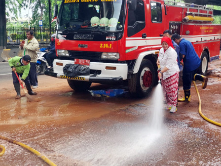Jalan Yos Sudarso Kelapa Gading Being Cleaned from Mud