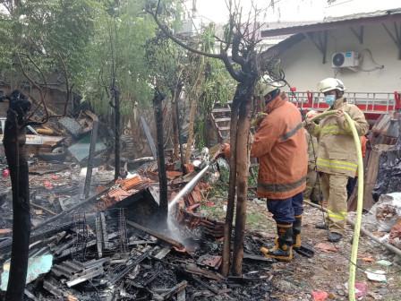 Enam Mobil Pemadam Atasi Kebakaran Lapak Barang Bekas di Cipinang Muara