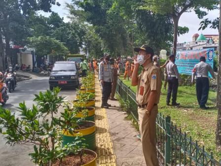 Joint Personnel Beautify Sidewalk Along Sekretaris River in Grogol Petamburan