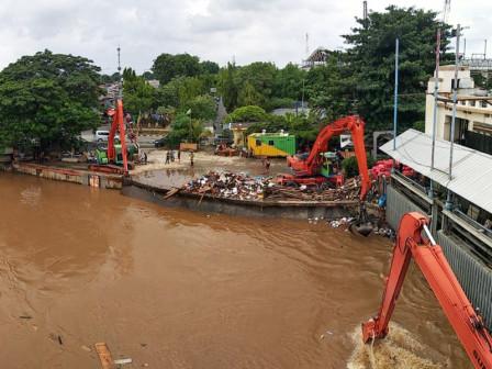 1,420 Cubic Meters of Waste Transported from Manggarai and Kampung Melayu Gates