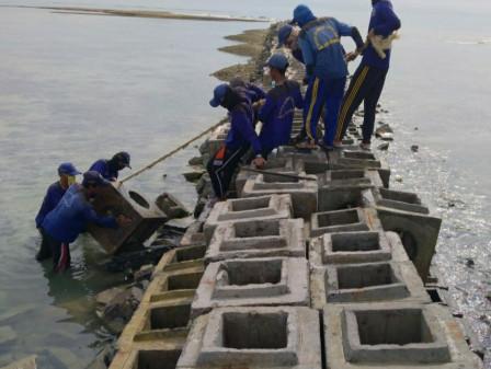 Breakwater Roboh di Pulau Karya Diperbaiki