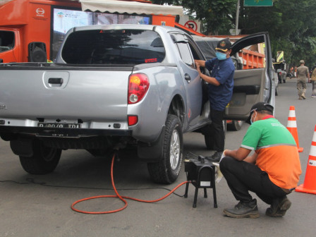 Tens Four-Wheeled Vehicles Take Free Emission Test in South Jakarta