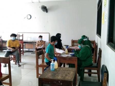 150 Warga Mendapatkan Vaksinasi di SMPN 24 Dukuh
