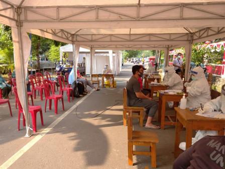 61 Rawasari People Take Rapid and Swab Tests