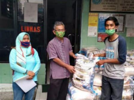 COVID-19, Duri Selatan Urban Village Receives 821 Sacks of Rice