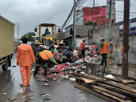 West Jakarta Deploys 32 Trucks to Transport Waste