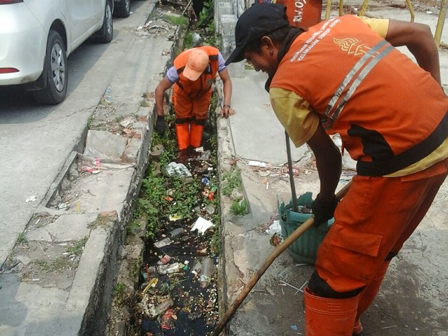 Mud & Garbage Water Channels in Tanjung Priok Cleaned