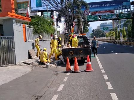 Bina Marga Repairs Damaged Sidewalk on Jalan Duren Tiga Raya