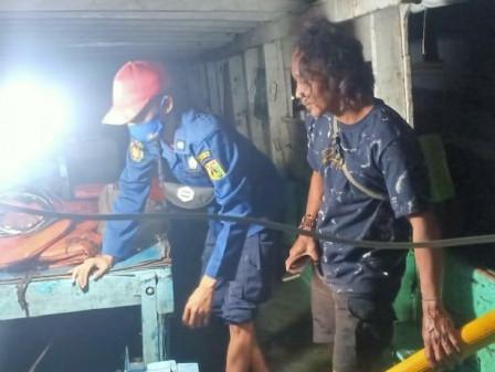 Petugas Gulkarmat Berhasil Atasi Kebocoran Kapal Tradisional di Dermaga Pulau Tidung