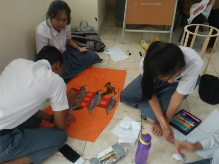 High School Students in Cijantung Collaborate for Making Lanterns