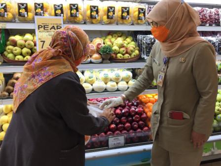 Dinas KPKP Lakukan Pengawasan Produk Pangan di Pasar Swalayan Jalan Gunung Sahari