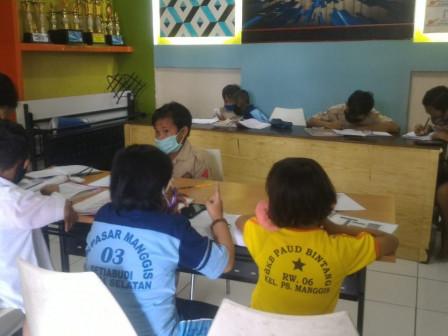 Students in Pasar Manggis Area Enjoy JakWiFi Facilities
