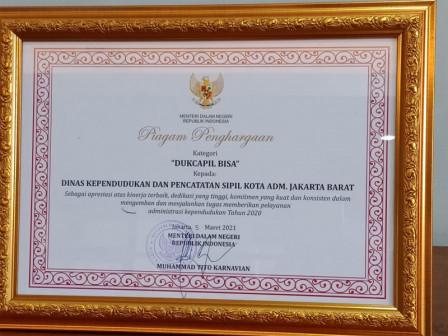 Dukcapil Jakarta Barat Raih Penghargaan Dari Kemendagri
