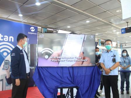 Masyarakat Nikmati Wifi Tanpa Bayar di Halte Transjakarta