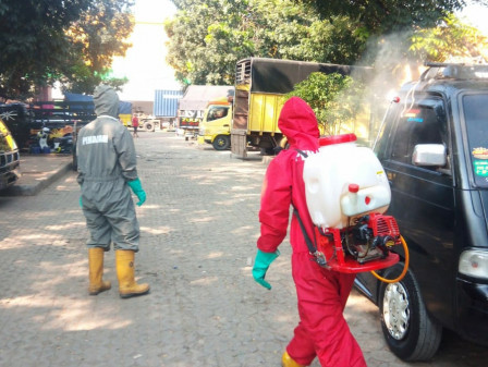 Three Markets in East Jakarta Sprayed with Disinfectants