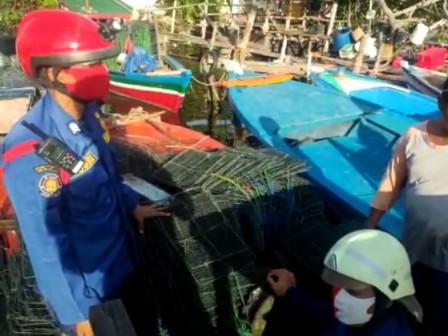 Petugas Bantu Evakuasi Kapal Tenggelam Milik Warga Pulau Lancang