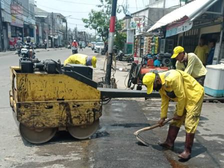 Jalan Rusak di Kecamatan Koja Diperbaiki Petugas