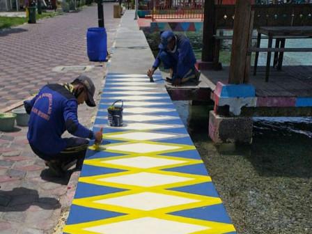 SDA Personnel Paint Seawalls in Pramuka Island