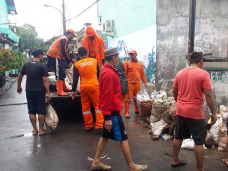 1,900 People Participate to Clean Up Duren Sawit Area After Flood